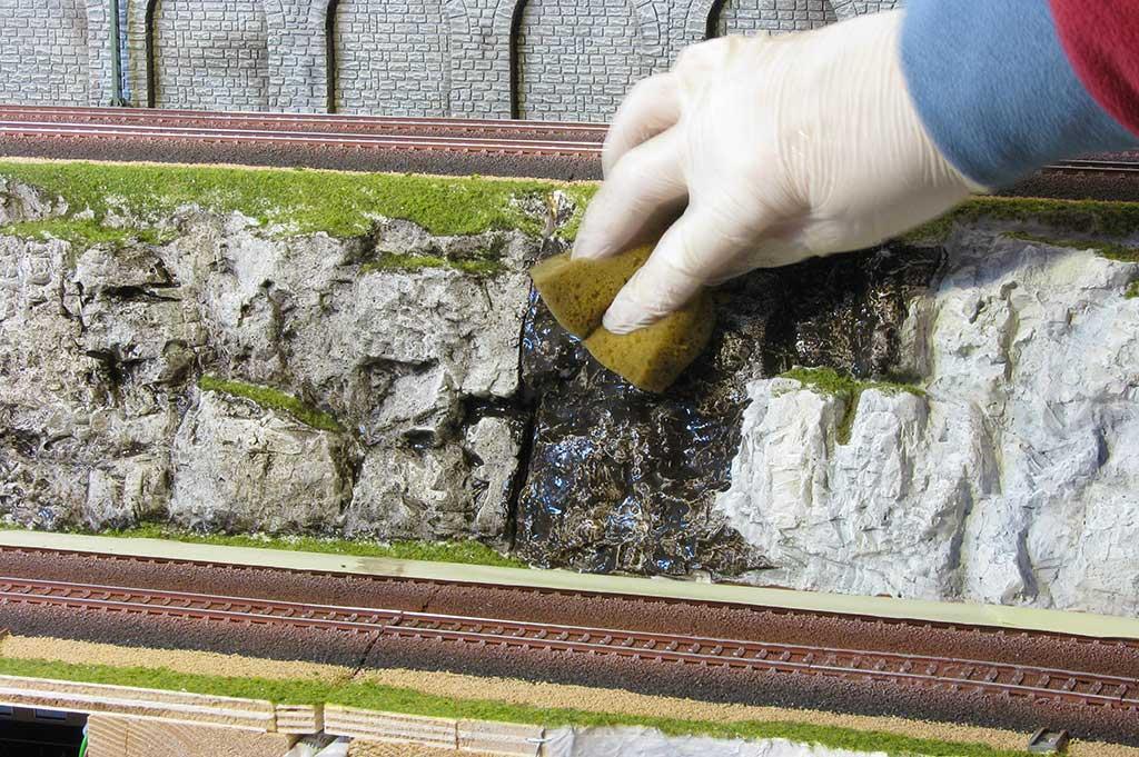 Sporcatura rocce con spugna e colore