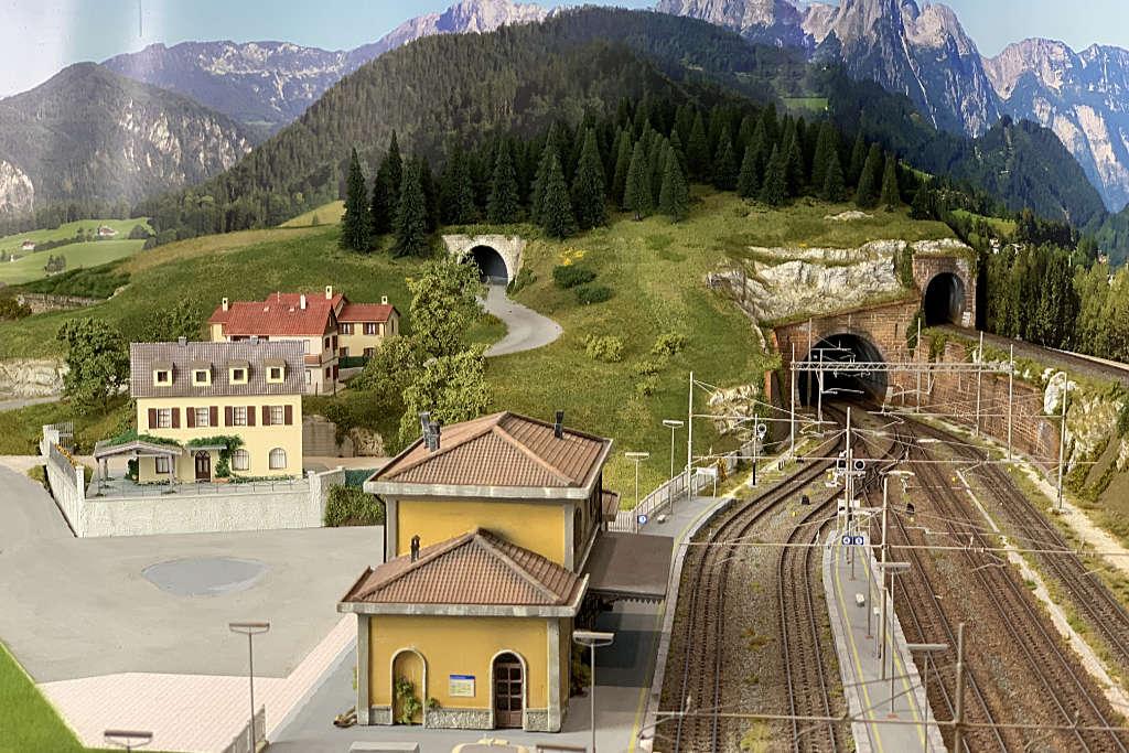 La collina abitata vista dalla stazione