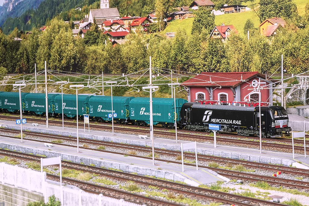 Vectron Mercitalia Rail con carri merci tipo Shimmns telonati.