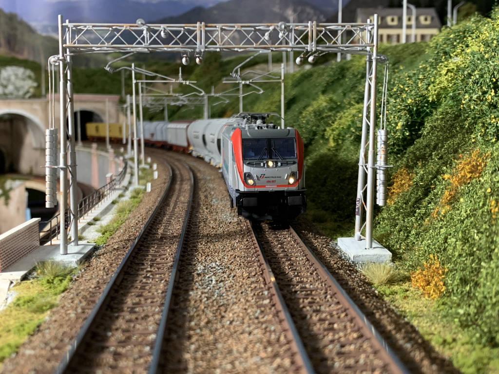 E494 Mercitalia Rail in transito sulla linea di parata