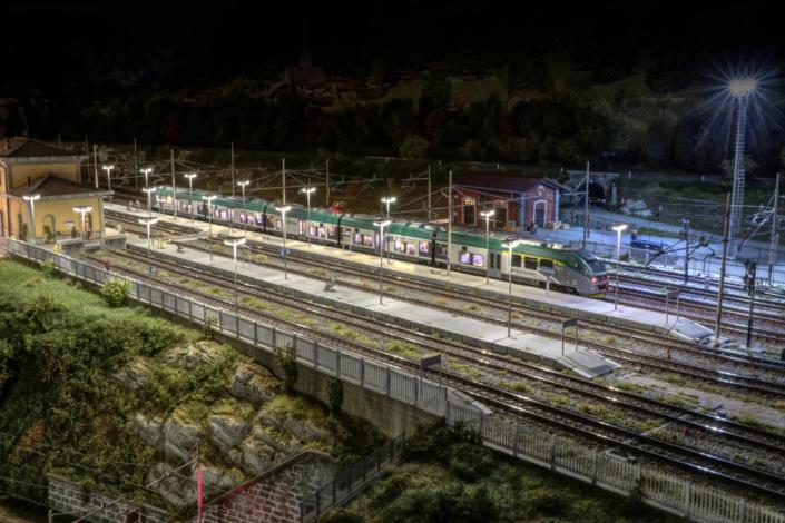ETR425 in notturna in stazione a Buzzaceto