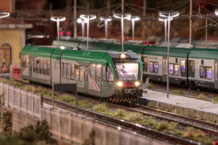 Treno ATR115 in notturna