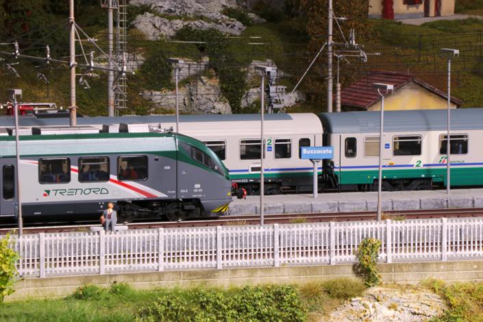 E425 e carrozze in livrea XMPR ferme in stazione