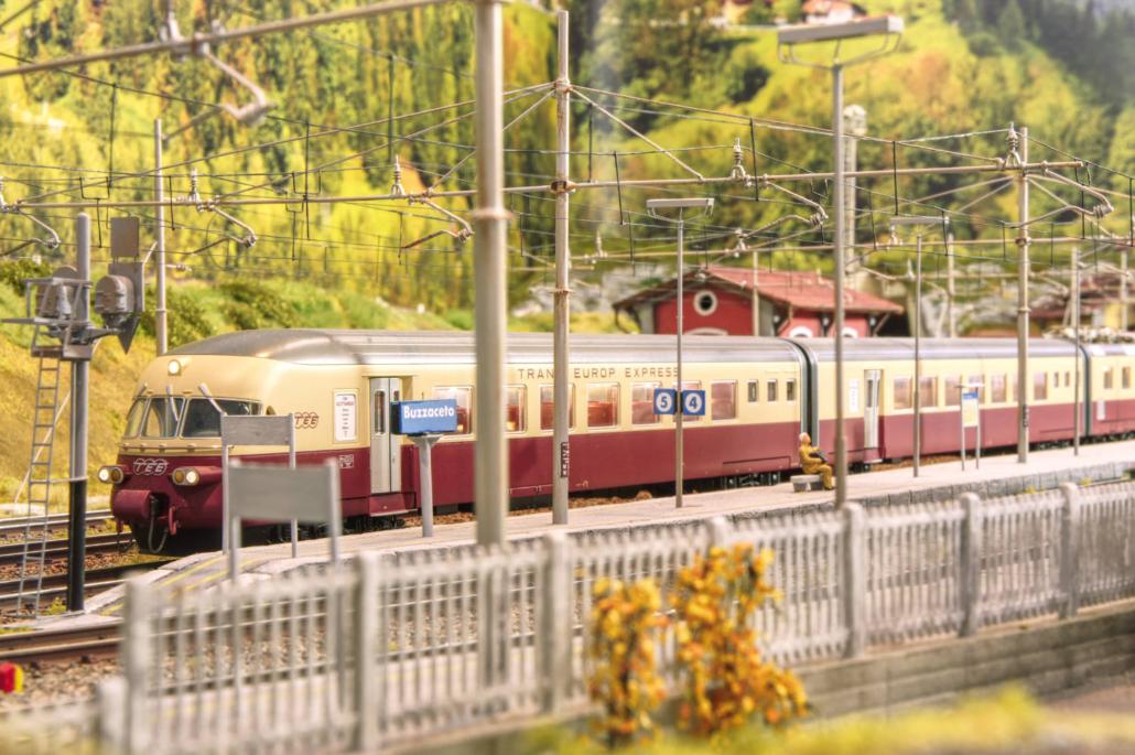 RaE 1051 Gottardo fermo in stazione
