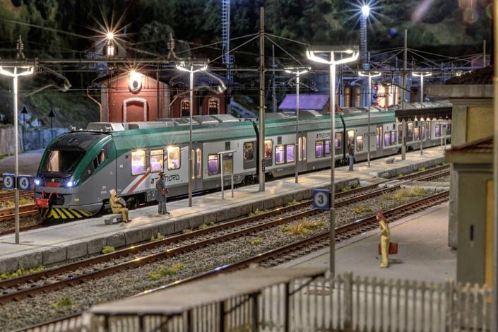 ETR425 in stazione a Buzzaceto in notturna